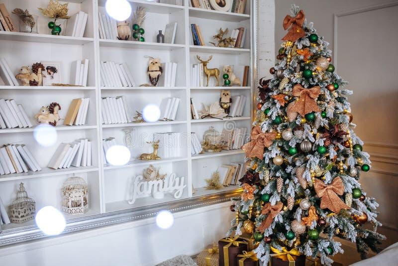 De slaapkamer voor Kerstmis wordt verfraaid die Comfortabel huisbinnenland De Decoratie van het nieuwjaar Witte ruimte met grote  royalty-vrije stock foto