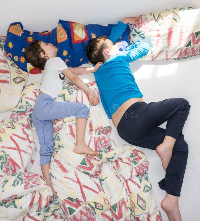 De slaapkinderen ontspannen de rustende familie van jongensbroers stock foto