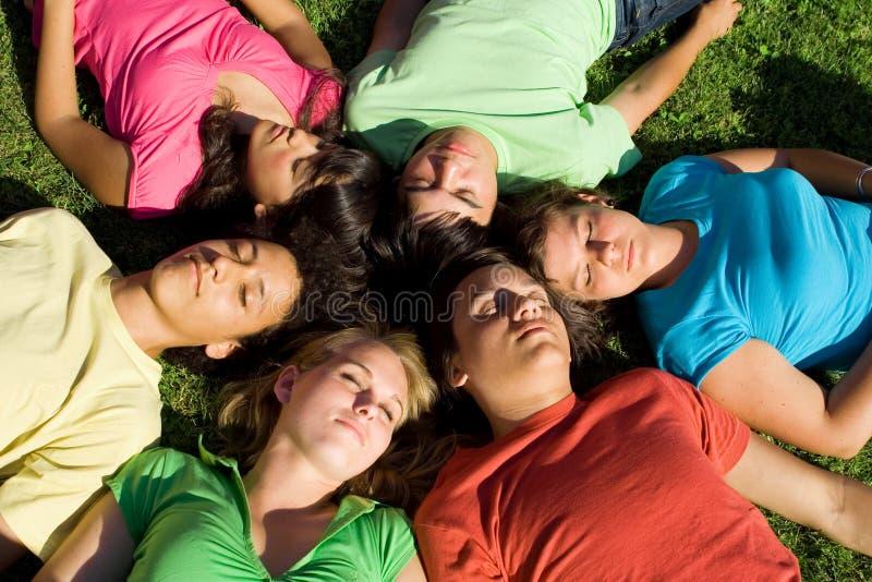De slaaptieners van de groep royalty-vrije stock afbeeldingen