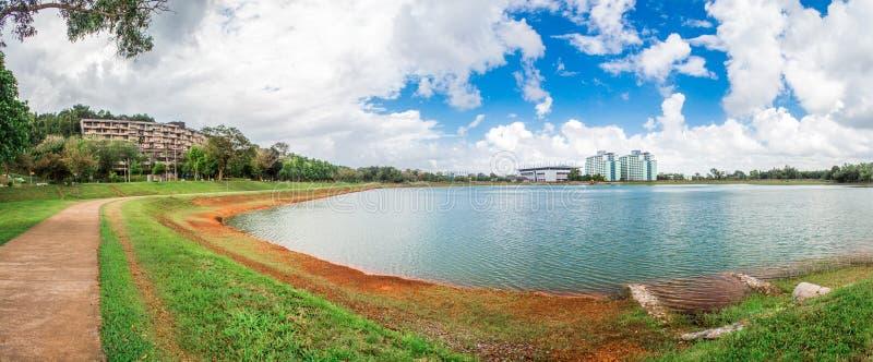 De slaapzaal rond het reservoir in Prins van Songkla-Universiteit, Hoed Yai, Thailand stock foto