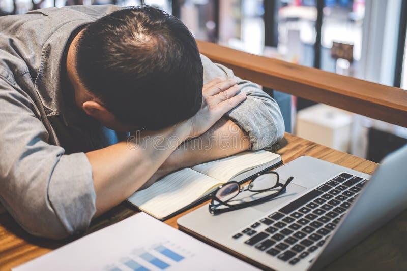 De slaapzakenman, Vermoeide hogere zakenmanslaap die lange werkdag hebben werkte zich op lijst in zijn bureau over stock afbeeldingen