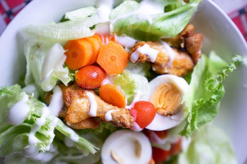 De slag van de verse groentensalade met gebraden kip en gekookt ei stock afbeeldingen