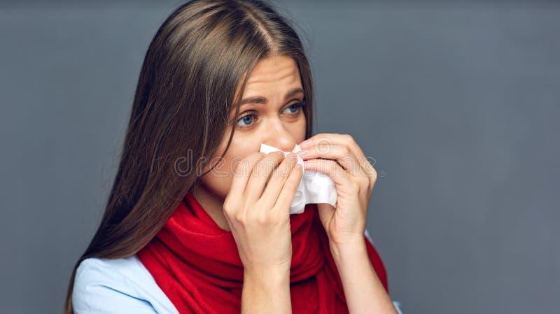 De slag van de ziektevrouw op neus in papieren zakdoekje stock foto