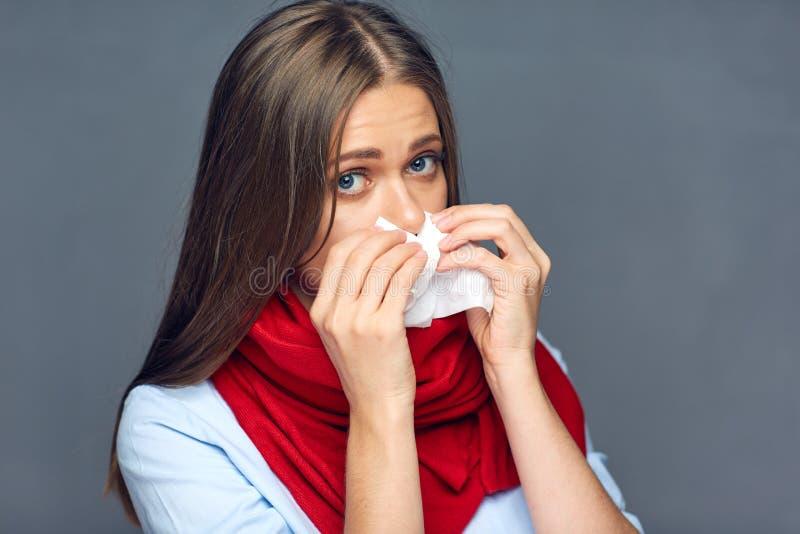 De slag van de ziektevrouw op neus in papieren zakdoekje stock fotografie
