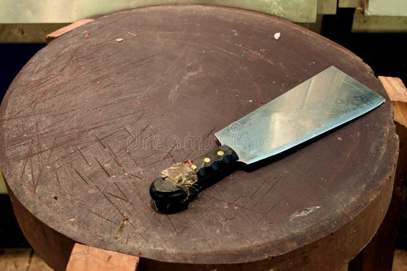 De slagers die van het vleesmes raad snijden stock foto's