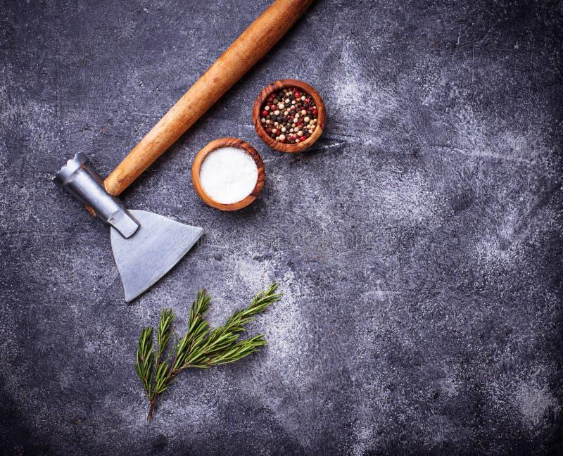 De slagers schaffen voor vlees en kruiden af stock afbeeldingen