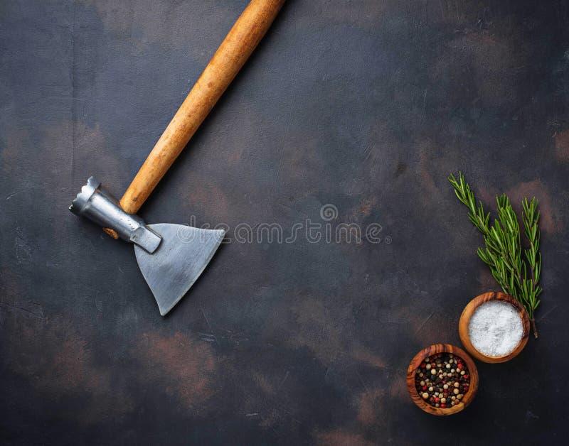 De slagers schaffen voor vlees en kruiden af stock afbeelding