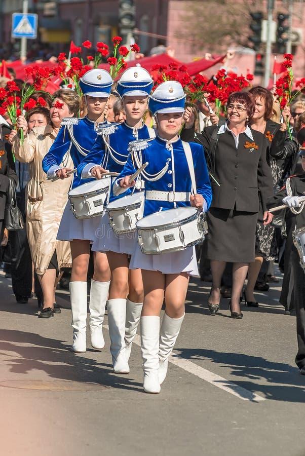 De slagwerkermeisjes op Victory Day paraderen royalty-vrije stock afbeelding