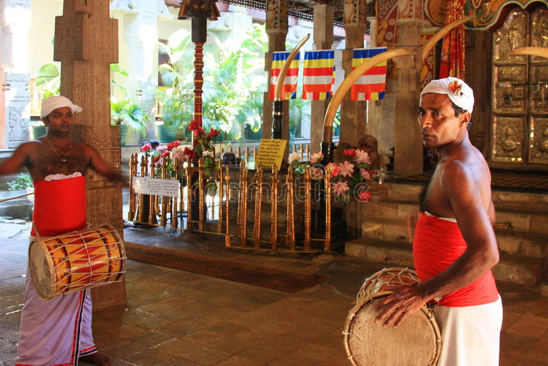 De slagwerkers kleedden zich met traditionele kleren bij Tempel van het Heilige Tandoverblijfsel (Sri Lanka) stock foto's