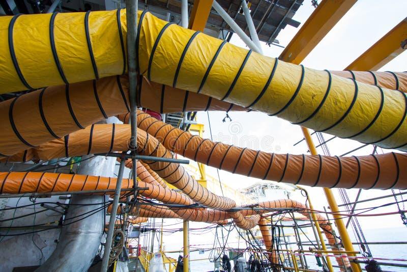 De slang van de luchtlevering in de industriebaan wanneer open mangat of het werk op beperkt ruimtegebied stock fotografie