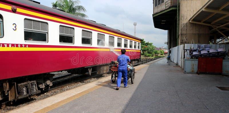 De slang van het werknemerswater een spoorwegpersonenauto royalty-vrije stock fotografie