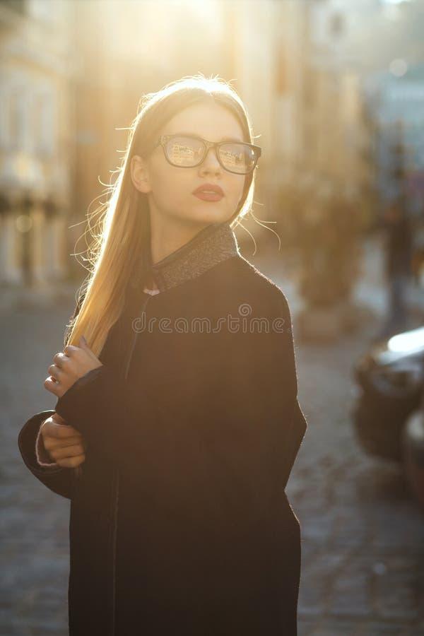 De slanke jonge vrouw die van het levensstijlportret glazen dragen, die I stellen royalty-vrije stock afbeelding
