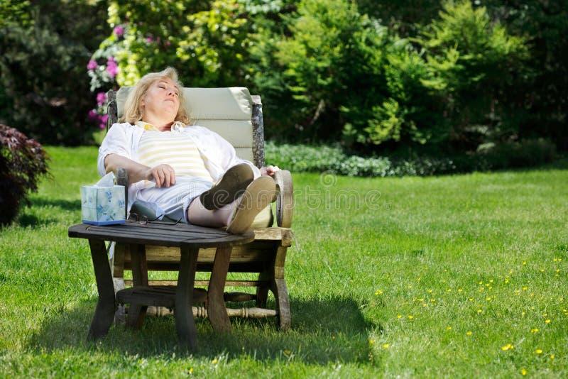 De slapende buitenkant van de vrouw stock foto's