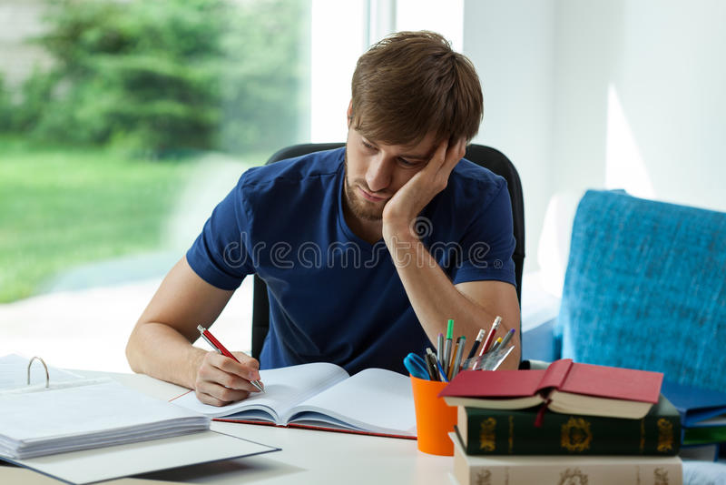 De slaperige student moet leren stock foto's