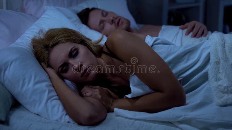 De slaperige vrouw kan niet slapen, gezondheidsproblemen, hormonale die veranderingen door slapeloosheid worden veroorzaakt royalty-vrije stock foto's