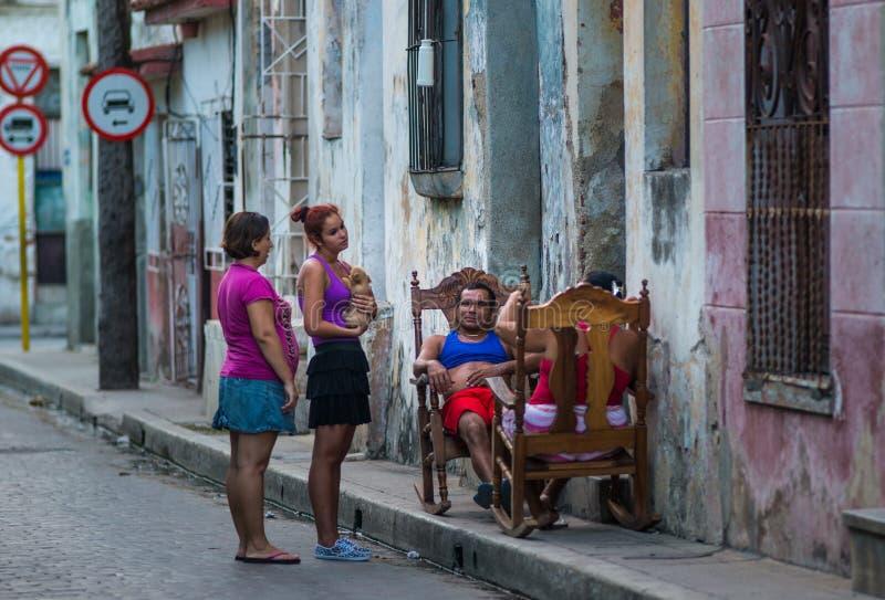 De slechte Cubaanse oude mensen vangen portret in traditionele kleurrijke koloniale steeg met oude levensstijl, in oude stad, Cub stock fotografie