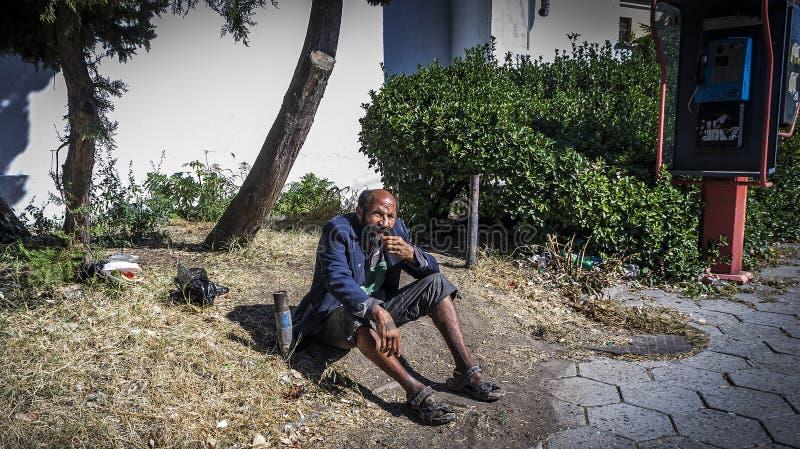 De slechte en dakloze vluchteling kleedde zich in gescheurde kleren in Burgas/Bulgaria/09 28 2018/ royalty-vrije stock fotografie
