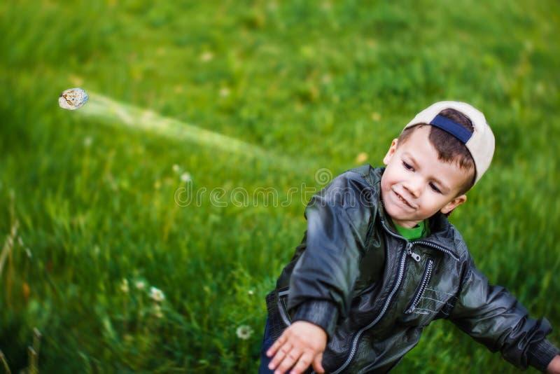 De slechte jongen werpt weg grint royalty-vrije stock foto