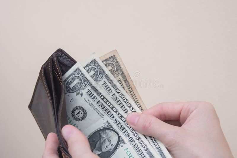 De slechte portefeuille van de vrouwenholding met wat geld royalty-vrije stock fotografie