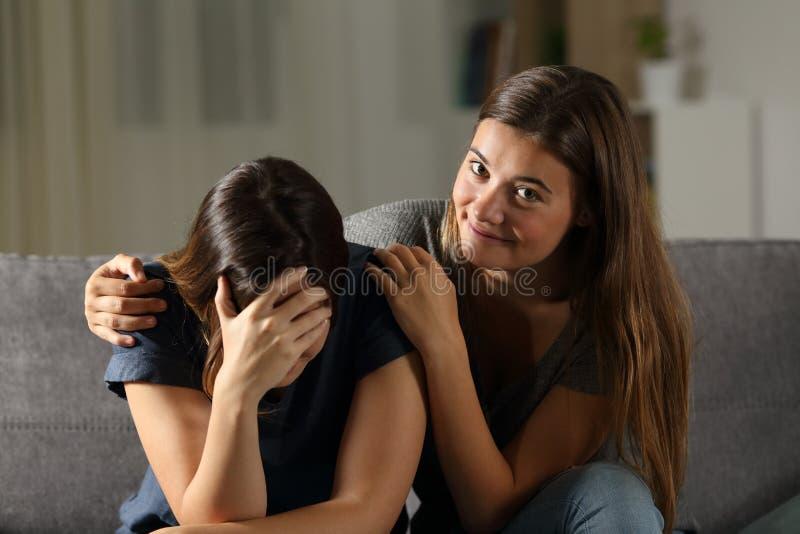 De slechte tiener is gelukkig met haar het droevige vriend schreeuwen royalty-vrije stock afbeelding