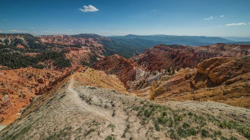 De Sleep van de het noordenmening en Panorama van Ongeluksbodenvorming in Cedar Breaks National Monument, Brian Head, Utah stock fotografie