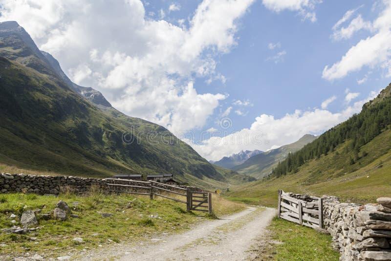 De sleep van het land in alpiene bergvallei, Oostenrijk. stock foto