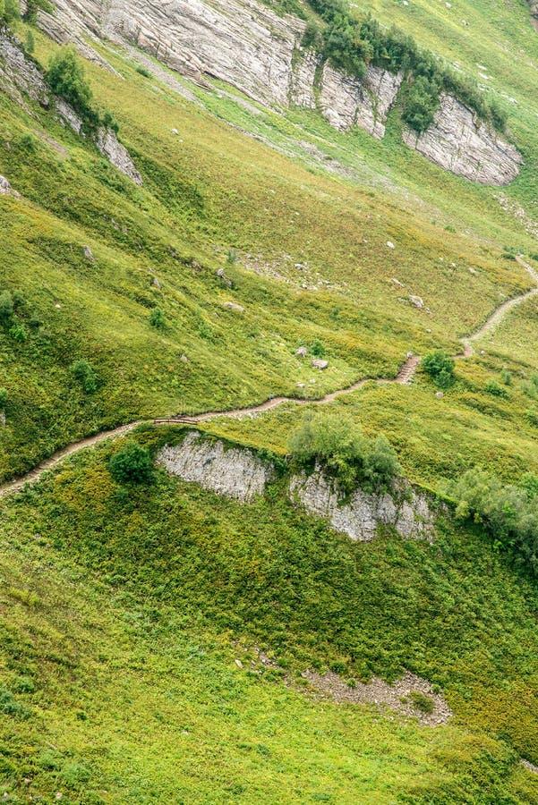 De sleep van de wandeling in de bergen Lucht Mening Groene alpiene weiden Sotchi Rusland stock foto's