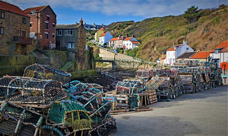 De sleep van zeekreeftpotten, in Staithes, dichtbij Scarborough, in North Yorkshire stock foto's
