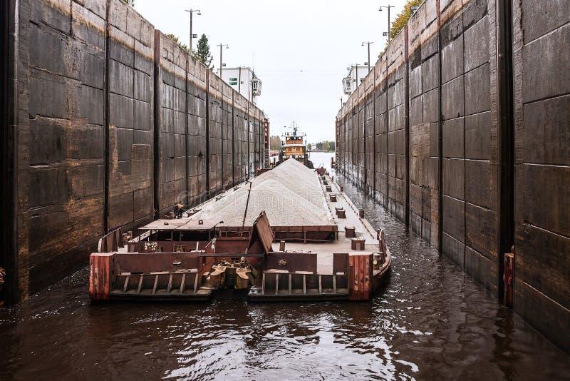 De sleepboot` Gateway - 40 ` en aak, de Volga rivier, Vologda oblast van de Russische Federatie 29 Sep 2017 De sleepboot` Gateway royalty-vrije stock fotografie