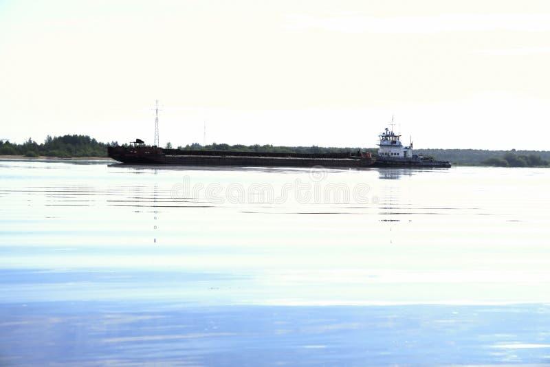 De Sleepbootboot drijft op de rivier royalty-vrije stock afbeeldingen