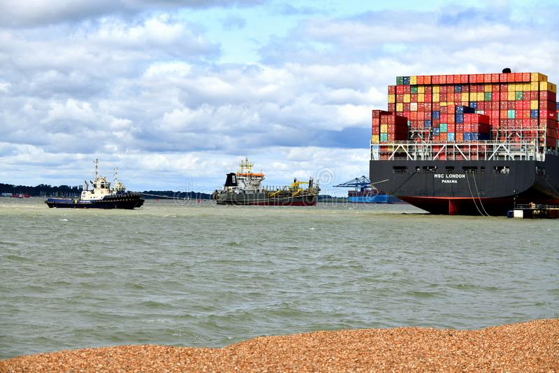De sleepboten leiden uit een containerschip van de haven van Felixstowe het UK royalty-vrije stock fotografie