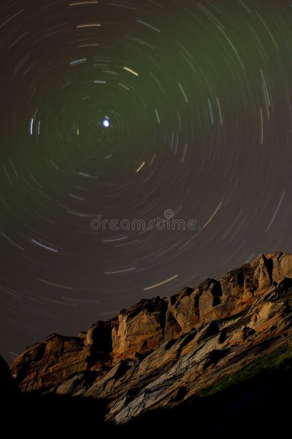 De Slepen van de ster rond Poolsters boven een Klip van het Zandsteen royalty-vrije stock afbeeldingen