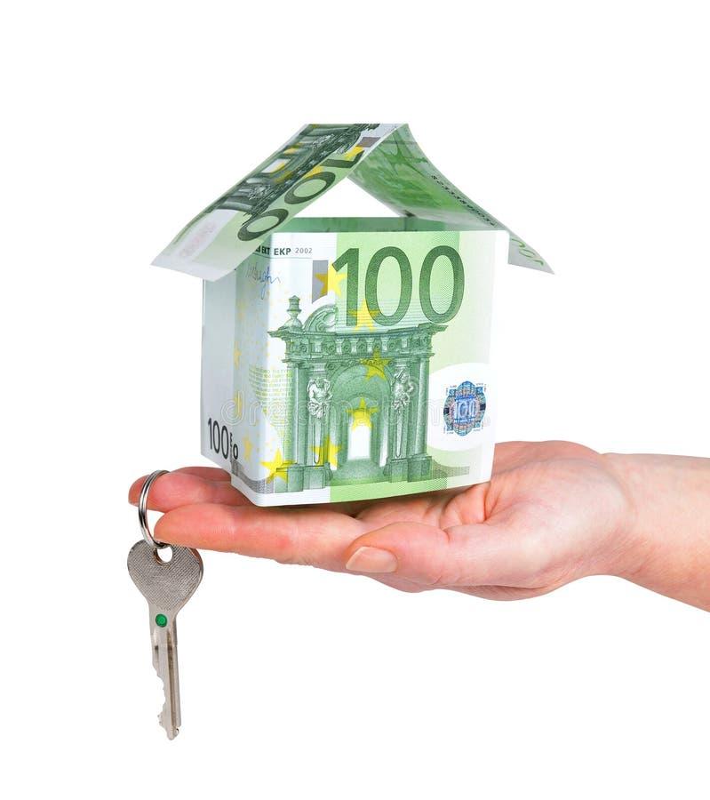 De sleutel en het huis van de handholding uit euro geld wordt gemaakt dat royalty-vrije stock fotografie