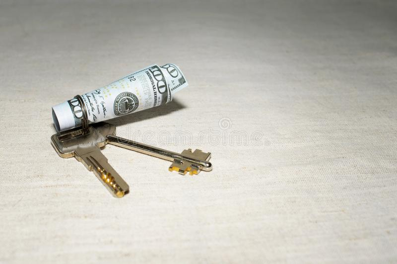 De sleutel tot succes met een broodje van contant geldbankbiljetten op de lijst royalty-vrije stock foto