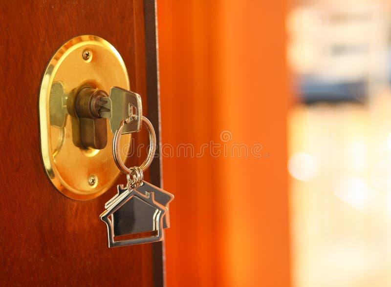 De sleutel van de deur stock fotografie