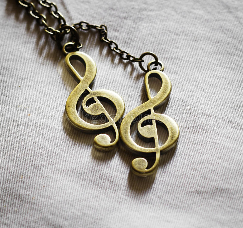 De sleutel van de metaalmuziek op stoffenachtergrond stock fotografie