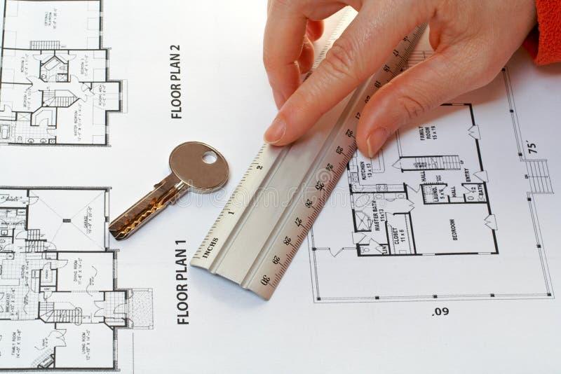 De sleutel van het huis, maatregel en architecturaal plan royalty-vrije stock afbeelding