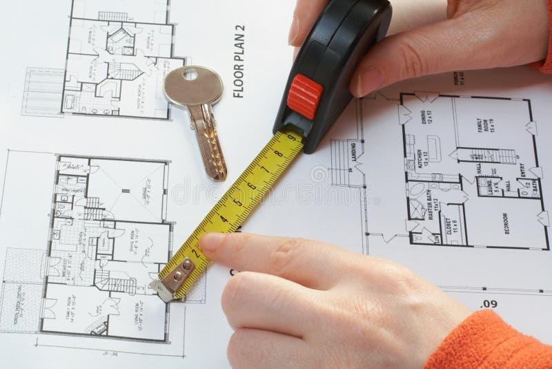 De sleutel van het huis, maatregel en architecturaal plan royalty-vrije stock foto's