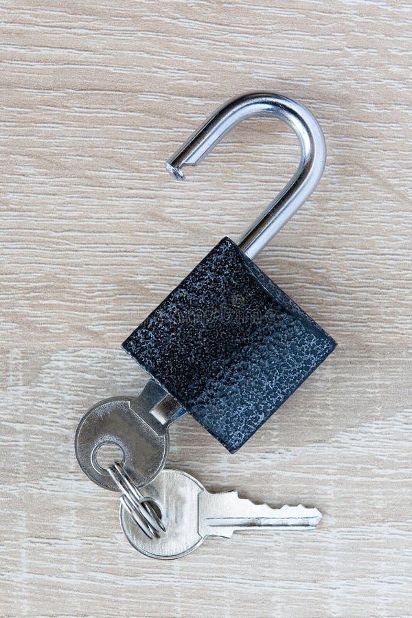 De sleutel wordt opgenomen in het hangslot royalty-vrije stock afbeelding