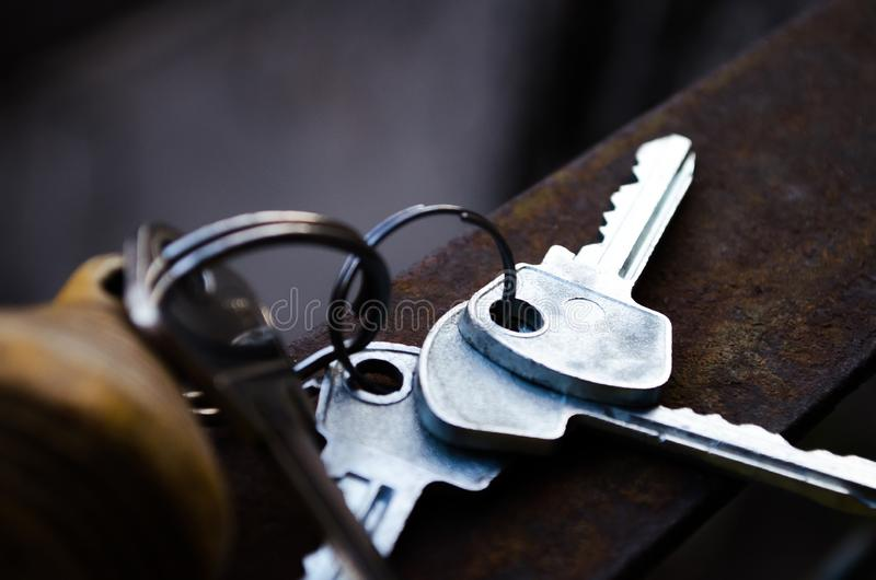 De Sleutels Op wit De sleutels tot de flat Zaal sleutels met afstandsbediening Houten keychain met aantal en sleutels royalty-vrije stock foto