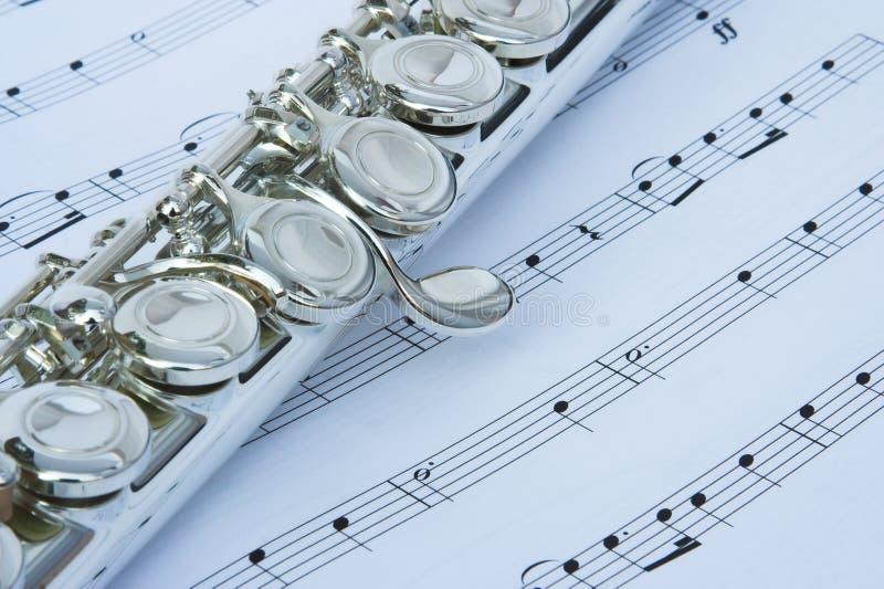 De sleutels van de fluit op muzieknota's stock foto's
