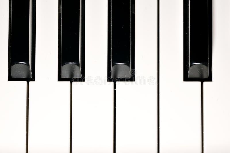 De sleutels van de piano Muzikaal instrument op stadium stock foto