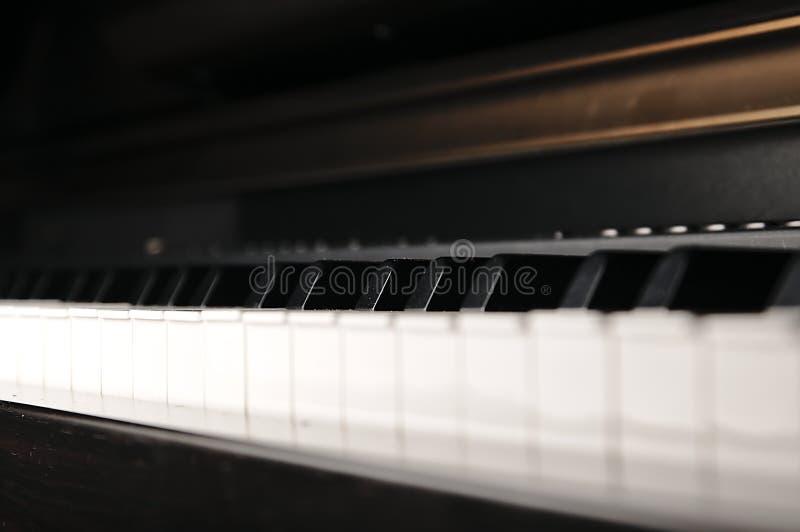 De sleutels van de piano Muzikaal instrument op stadium royalty-vrije stock afbeelding
