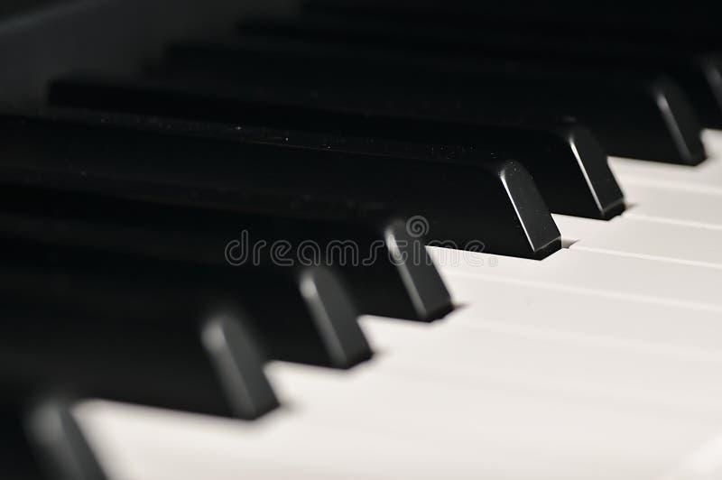 De sleutels van de piano Muzikaal instrument op stadium stock afbeelding
