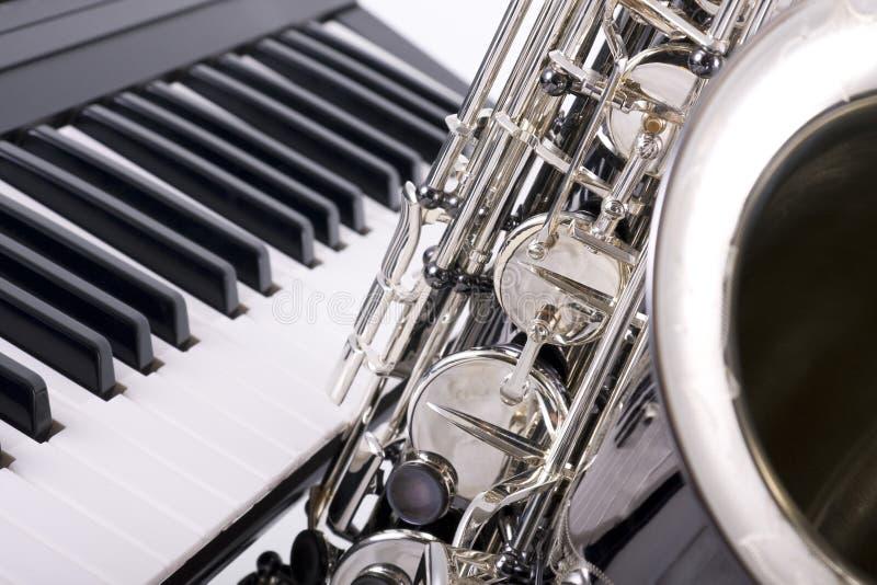 De sleutels van de saxofoon en van de piano stock fotografie