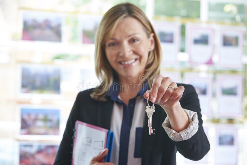 De Sleutels van In Office Holding van de landgoedagent tot Bezit stock afbeeldingen