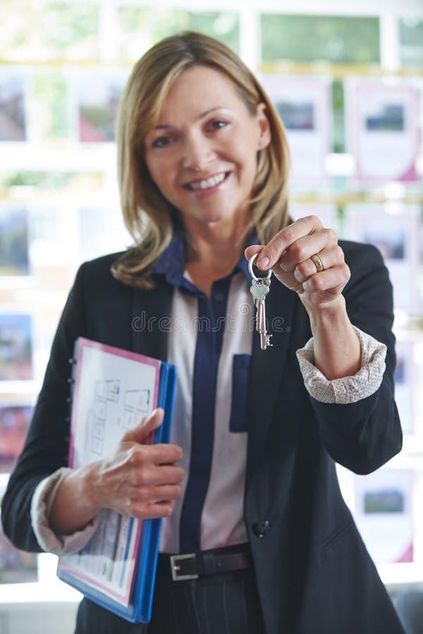 De Sleutels van In Office Holding van de landgoedagent tot Bezit stock foto
