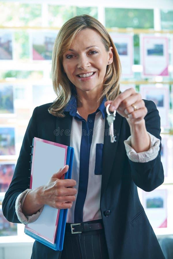 De Sleutels van In Office Holding van de landgoedagent tot Bezit royalty-vrije stock fotografie