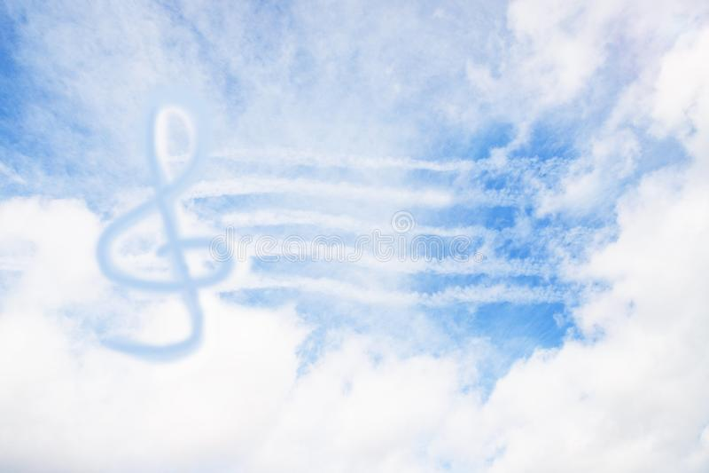 De sleutelteken van de muziekviool of g-Sleutel of g-sleutel in de hemel abstracte achtergrond royalty-vrije stock foto's