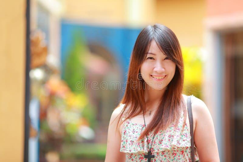 De slijtage bloemen maxikleding van het portret Aziatische mooie meisje royalty-vrije stock afbeeldingen